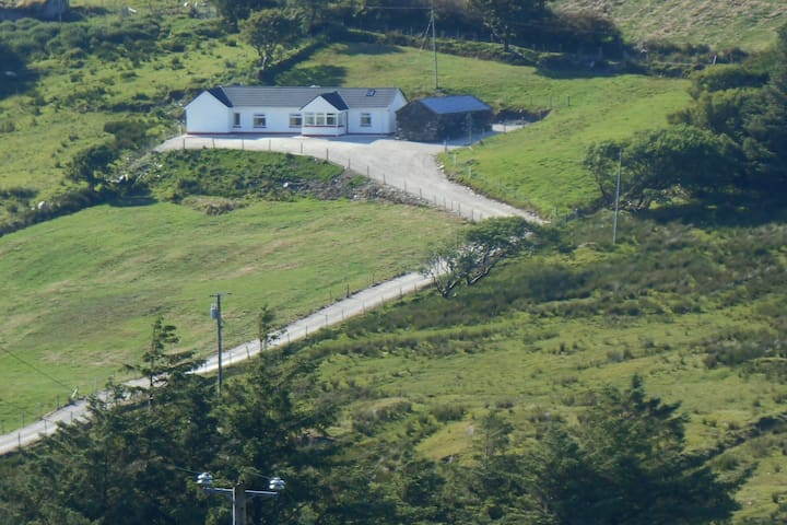 Teach Hiúdaí meenacross Glencolmcille,