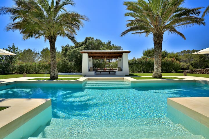 XXL private pool with large loungers and roofed pergola, parasols, music system, JEE-O shower, hammock and teepee.