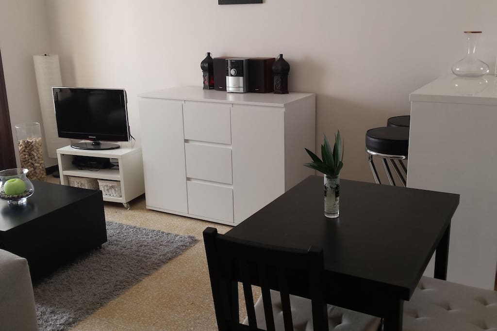 Salon avec table qui peut s'agrandir