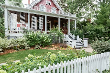Garden Apartment in historic home. - Wilmette
