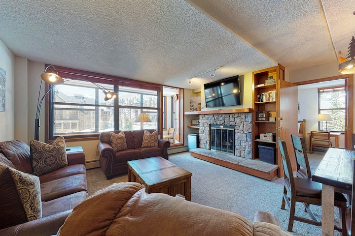 Family condo w/ private sunroom, kitchen, & shared hot tub - walk to lift!