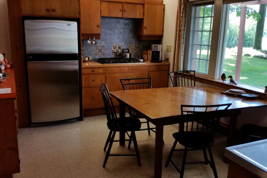 Eat-in kitchen with stainless appliances, gas range, and dishwasher