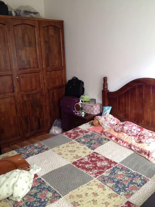 这是次卧,1米5的床