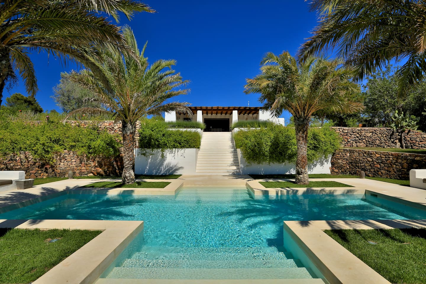 Finca designed by famous architect Blakdstad in Phoenician style. Luxurious and XXL private pool!