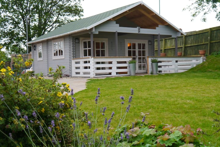 Cosy Log Cabin in Llanfoist village - Llanfoist - キャビン