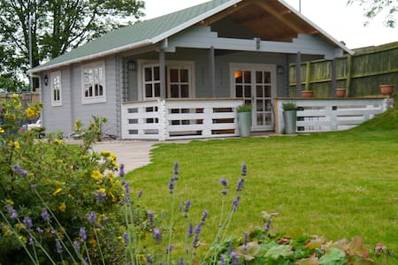 Cosy Log Cabin in Llanfoist village - Llanfoist
