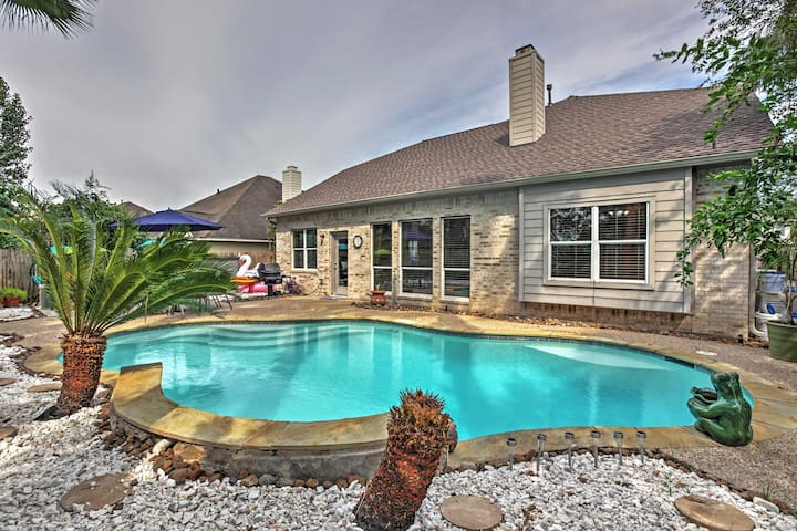 Rustic Pearland Home w/Pool - 15 Mins from Houston