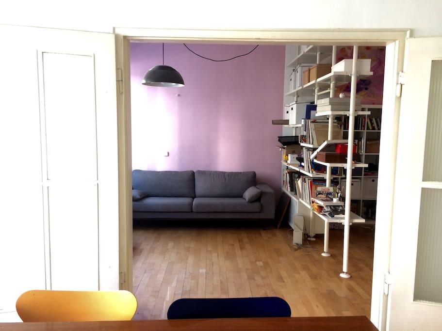 Blick von Wohnküche ins Wohnzimmer