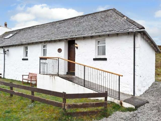 THE KEEPER'S COTTAGE, pet friendly in Dunvegan, Ref 6456