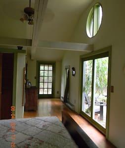 Peaceful Airy Room Near Woodstock - House
