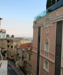 Climatisé, proche gare train Monaco - Beausoleil - 住宿加早餐