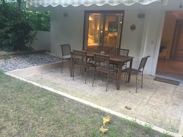 Beautiful garden apt in Vouliagmeni - Vouliagmeni - อพาร์ทเมนท์