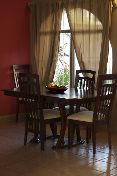 dining area seats 4-6