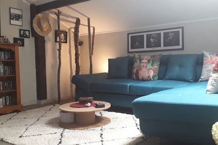 Canapé lit atmosphère. Espace massage holistique.