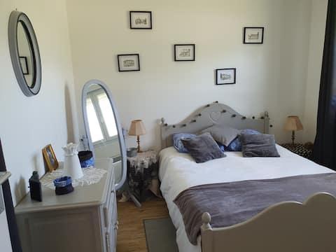 """Chambre dans """"chalet"""" avec verger et terrasse"""