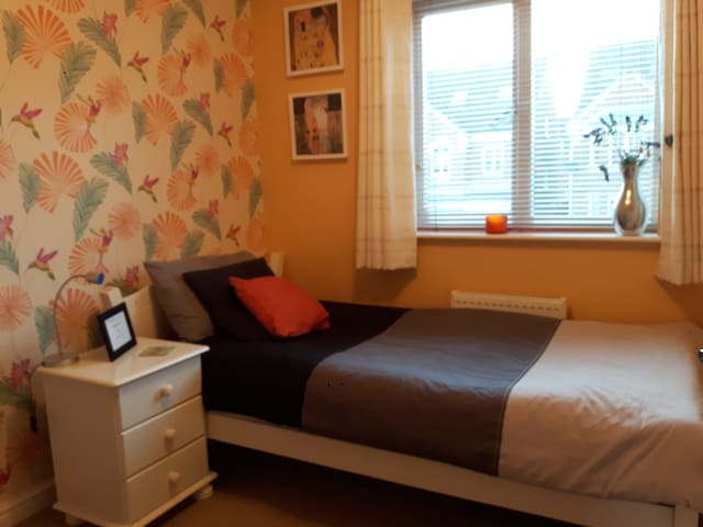 Light and airy room with single bed - Hull - Rumah