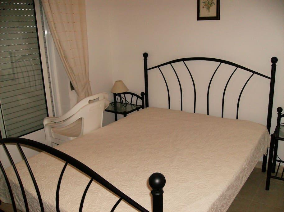 Quarto cama grande roupeiro.