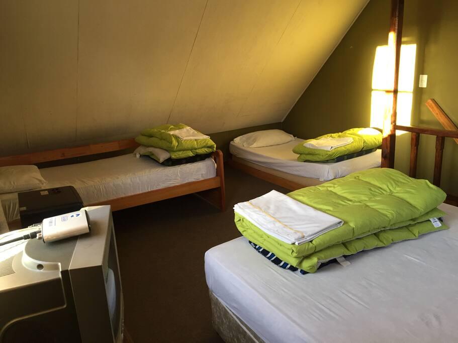 Habitación con cama doble y 2 camas single