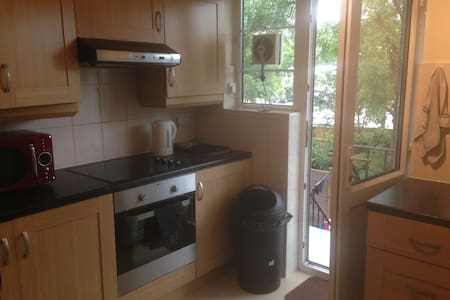 Clean comfy quiet double close to tube/buses - Morden - Apartment