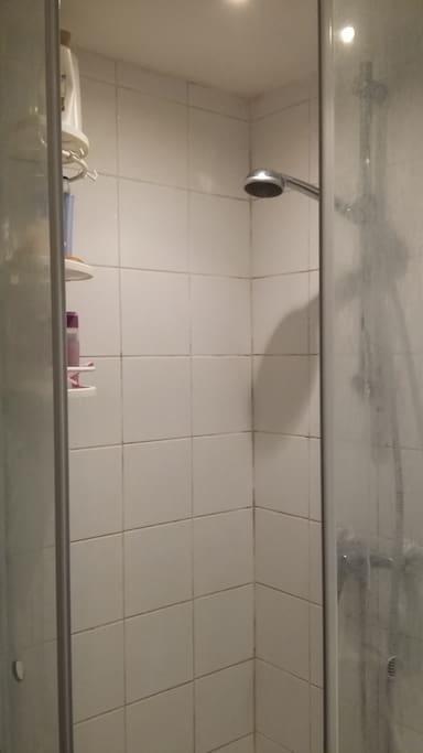 Ein sehr kleines älteres Bad, aber absolut zweckmäßig mit Dusche,  frische Handtücher werden gestellt