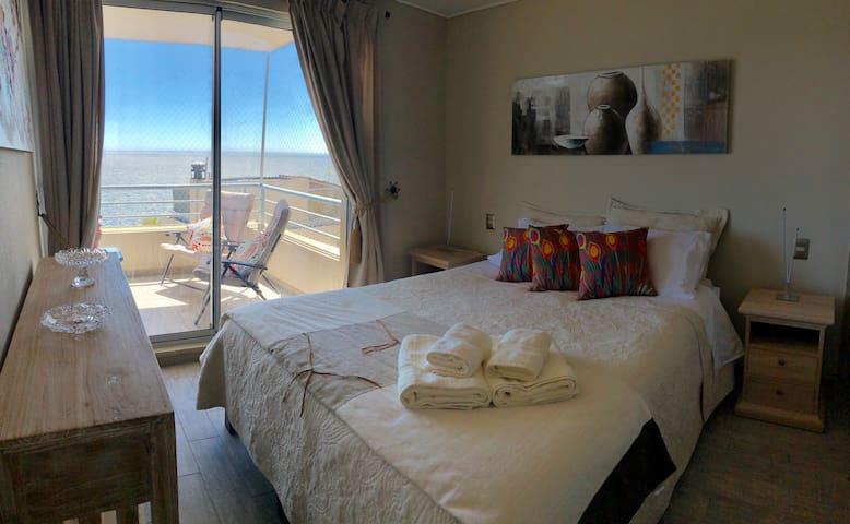 Dormitorio principal en suite, con salida a la terraza y hermosa vista al mar