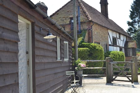 The Tack Room - charming, dog friendly - Thursley