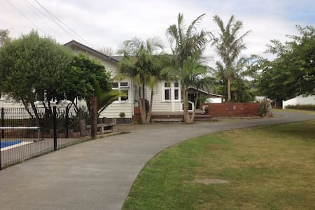 Big central bungalow with swimming pool - Whangarei