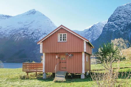 Holiday cottage with 2 bedrooms on 45m² in Eresfjord