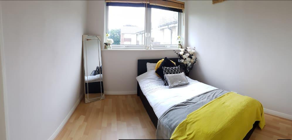 Stylish Room w/ parking, close to Heathrow M4