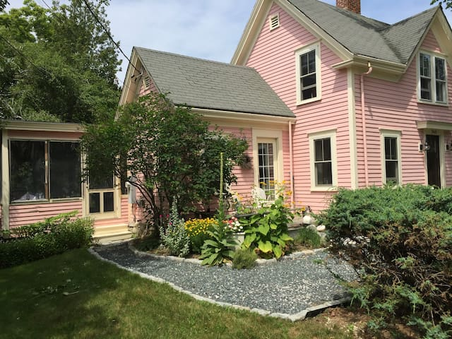 The Pink House - Castine - Huis