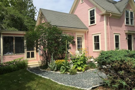 The Pink House - Castine - Ev