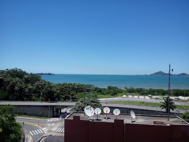 Apartamento de dois quartos com vista para o mar