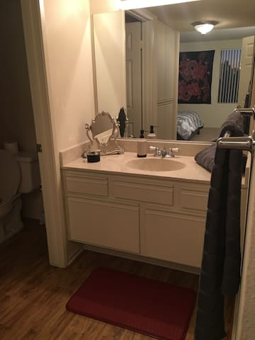 Quiet, Clean, Private Bedroom+Bath - Los Angeles - Leilighet