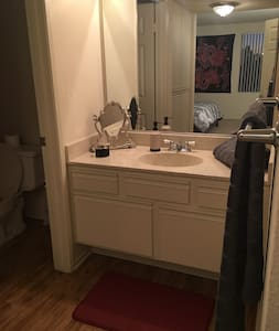 Quiet, Clean, Private Bedroom+Bath - Los Angeles - Apartament