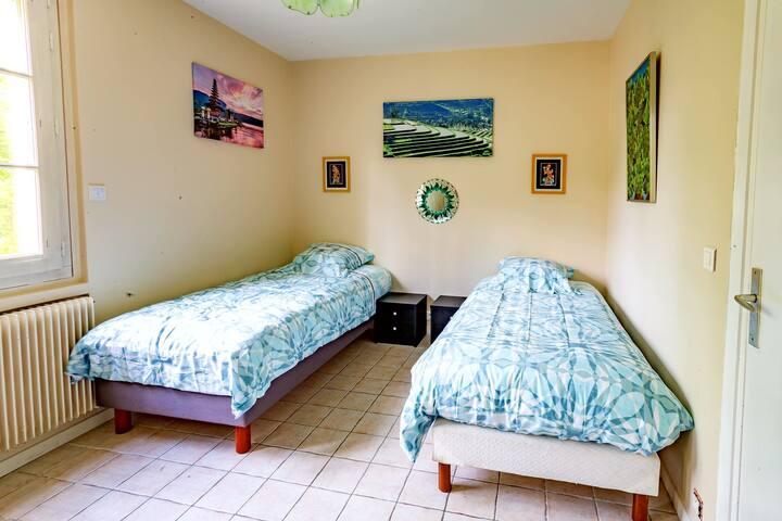 Chambre Bali. Deux lits simples 90 cm