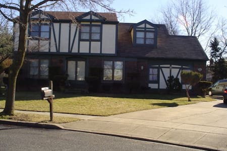 Large Tudor Colonial Home - Marlton - Bed & Breakfast