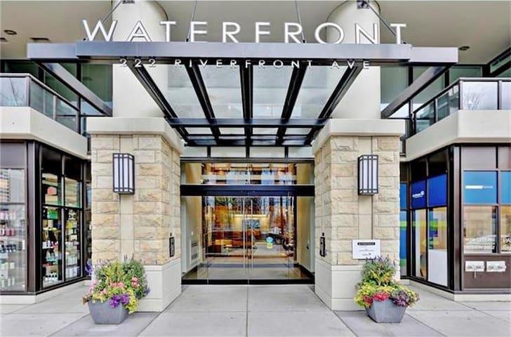 Eau Claire Waterfront Upscale Private Room + Bath - Calgary - Condominium