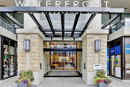 Eau Claire Waterfront Upscale Private Room + Bath - Calgary