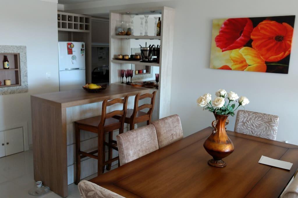 Sala de jantar integrada com cozinha e churrasqueira