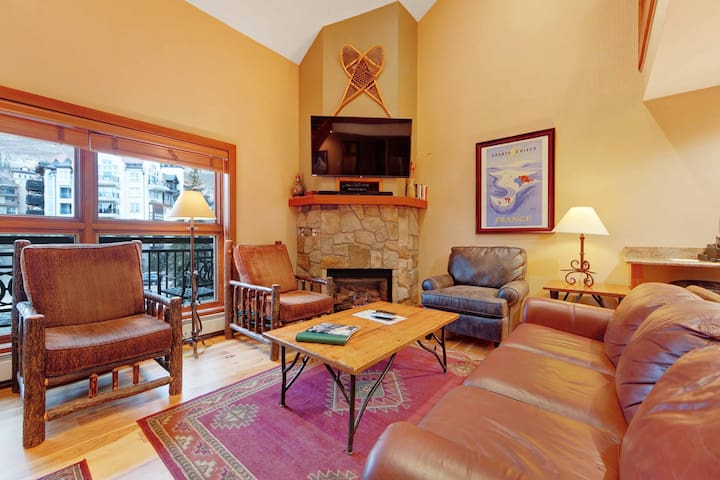 Condo in ski-in/ski-out complex & mountain views, shared pool/hot tub