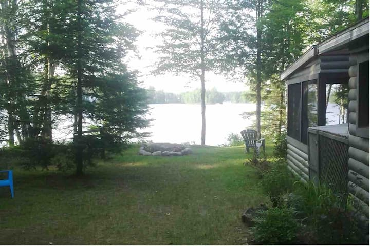 Cozy waterfront 2 bedroom cottage, near Tremblant