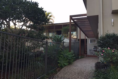 Flat in quiet, leafy Indro - Indooroopilly