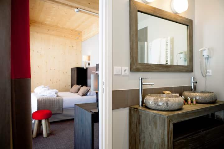 Chambre privative avec terrasse dans chalet 4 étoiles sur les pistes