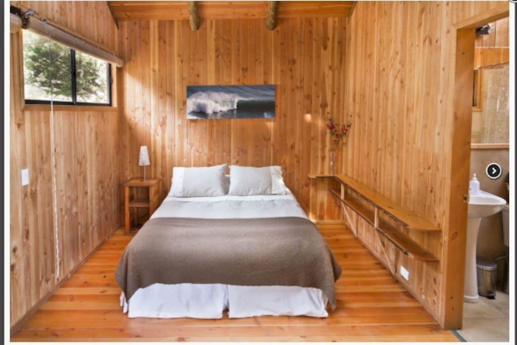 Pieza matrimonial en suite, incluye aseo y desayuno. Estamos en la playa misma, lugar ideal para descansar.