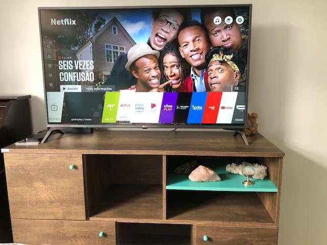 """Smart TV LED 49"""" 4K com com webOS 3.5 Sistema de Som Virtual Surround Plus. Acesso liberado na Netflix e Globo Play."""