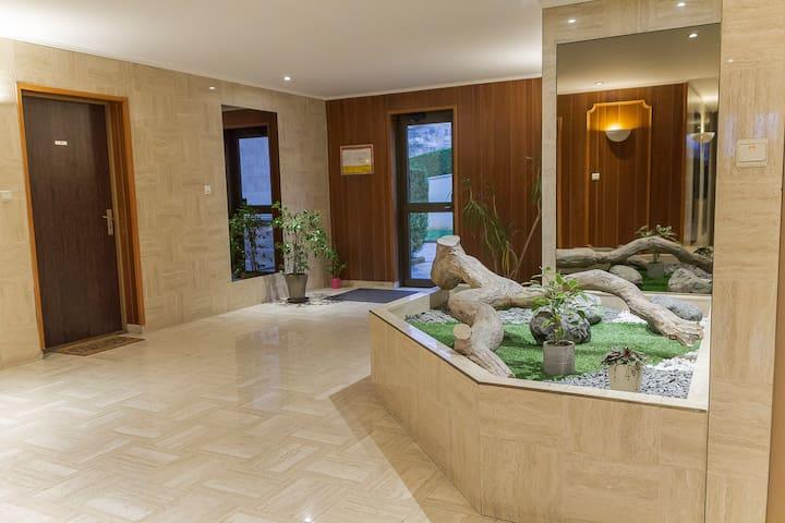 L'appartement est situé au rez de chaussée dans une résidence de standing, très calme.