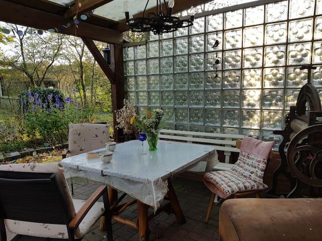 Gemütliche Terrasse mit Grillmöglichkeit