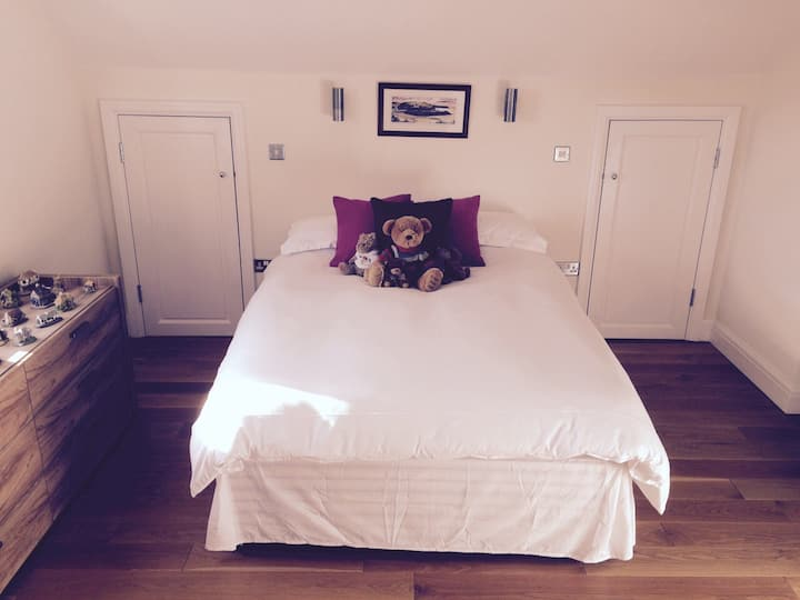 Large double bedroom with en suite