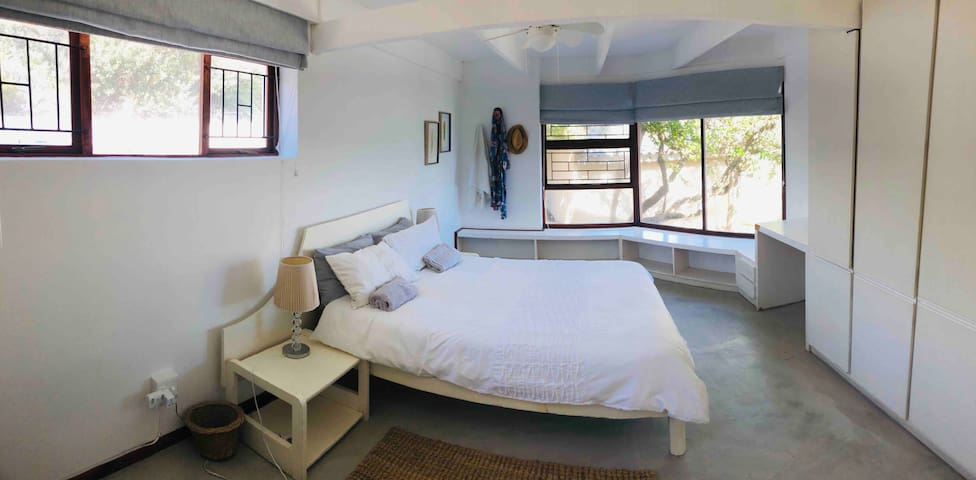 Bedroom 1: double and 2 single stackable beds, sea view