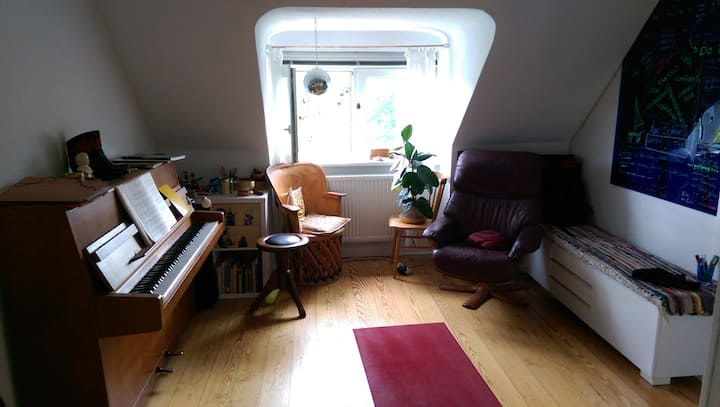 Cosy and playful: 2 adorable rooms with piano